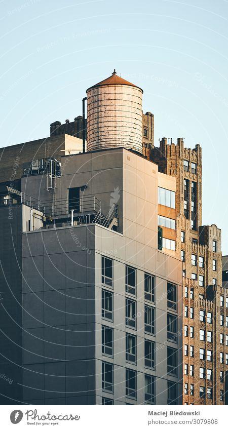Retro getontes Bild eines Wasserturms auf einem Dach, NY. Städtereise Häusliches Leben Wohnung Haus Gebäude Architektur retro nyc Großstadt New York State