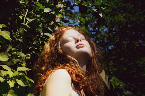 rothaarige Frau genießt die Sonne Baum Blätter Kontrast Linda Natur Sommer Tageslicht genießen grün junge Frau Erwachsene Mensch 1 feminin 18-30 Jahre schön