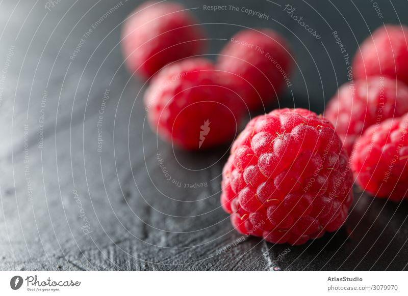 Himbeeren auf schwarzem Zement-Hintergrund, Nahaufnahme und Platz für Text trocknen natürlich Natur süß abstrakt Tisch Raum rot Sommer lecker Makro reif Früchte