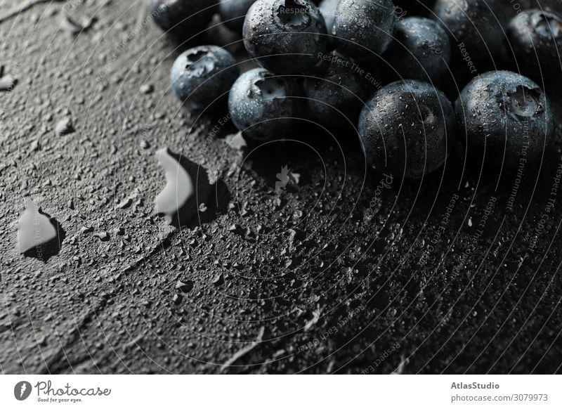 Heidelbeeren auf schwarzem Zement-Hintergrund mit Tropfen, Platz für Text natürlich Farbe Natur abstrakt Tisch Raum Sommer lecker Makro reif Früchte Design