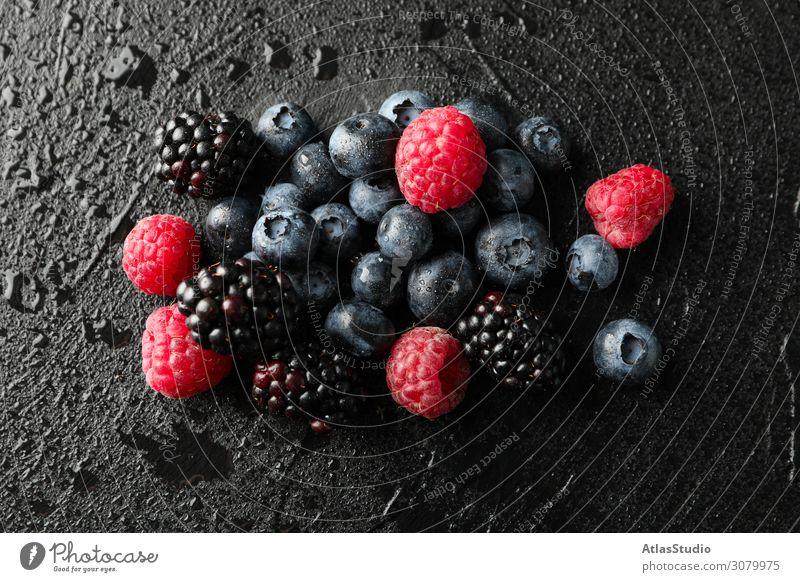 Beeren auf schwarzem Zement-Hintergrund mit Tropfen, Platz für Text legen natürlich Dessert Biografie Natur süß Pasteten Raum Sommer lecker Makro diätetisch