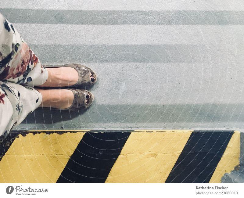 Schuh Perspektive II Hose Schuhe Beton Schilder & Markierungen Hinweisschild Warnschild Verkehrszeichen Graffiti stehen gelb grau rosa rot schwarz weiß