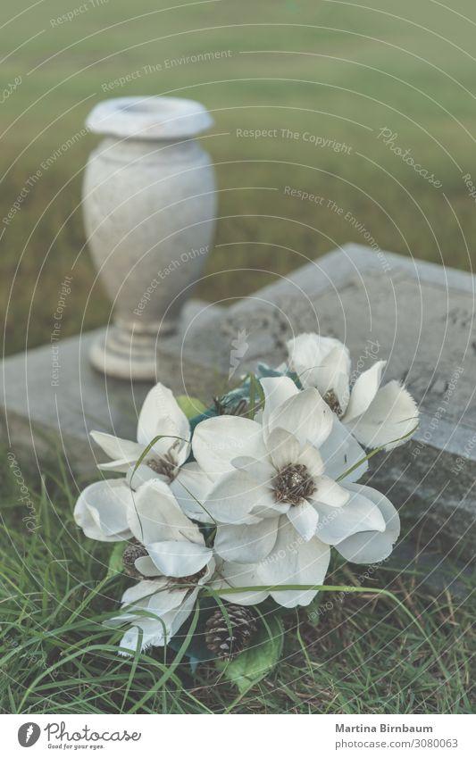 Allerheiligen - künstliche Blumen auf einem alten Grab Dekoration & Verzierung Halloween Herbst Denkmal Stein dunkel grün Trauer Tod Frieden Religion & Glaube