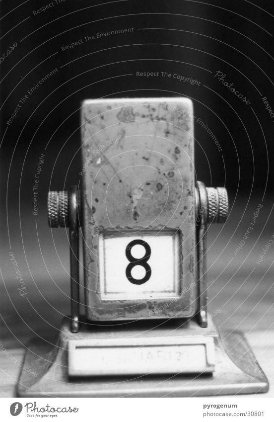 Kalendarium (julianisch) weiß schwarz Metall Perspektive Ziffern & Zahlen Niveau Kalender Tiefenschärfe 8 Monat