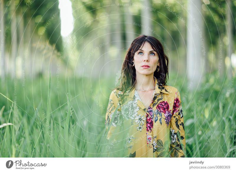 Frau genießt die frische Luft im grünen Wald. schön Leben Erholung Freiheit Sommer wandern Mensch feminin Junge Frau Jugendliche Erwachsene 1 18-30 Jahre Natur