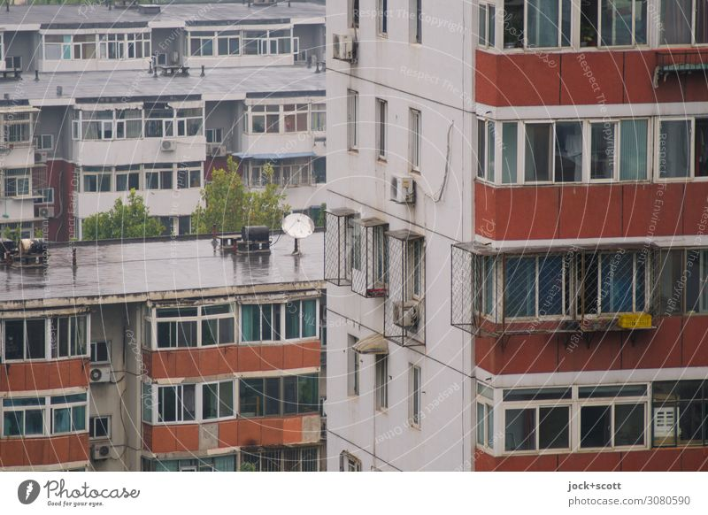 Viertel in Peking schlechtes Wetter Stadthaus Plattenbau Wohnhochhaus Fassade Fenster Beton authentisch retro trist Stimmung Schutz Ordnungsliebe gleich Stil