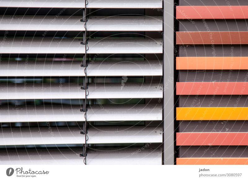 licht- und wärmeschutz. Büro Mauer Wand Fassade Fenster Linie Streifen einfach grau orange rot Fürsorge Schutz Klimaschutz gerade Wärme Farbfoto Außenaufnahme