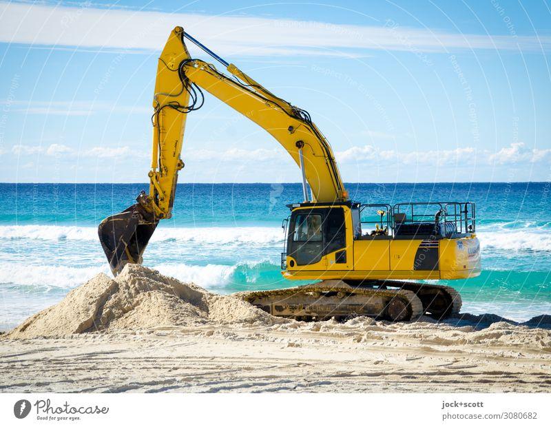 baggern am Strand Ferne Bagger Sand Wolken Horizont Klimawandel Schönes Wetter Pazifik Pazifikstrand Queensland Arbeit & Erwerbstätigkeit authentisch gelb