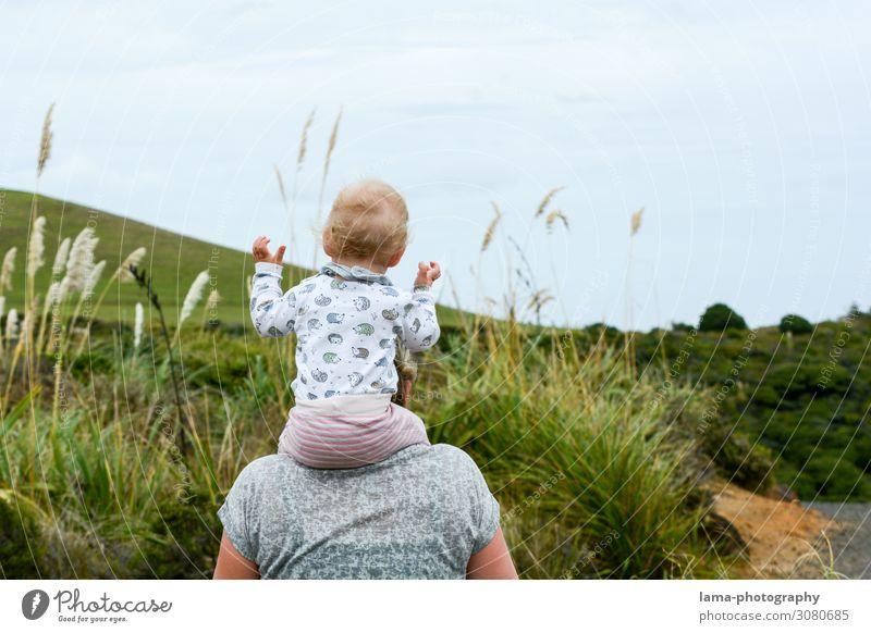loslassen Neuseeland Familienurlaub huckepack Huckepack Kindheit Mutter Urlaubsstimmung reisen Natur wandern Vertrauen Freude Schultern tragen Kleinkind