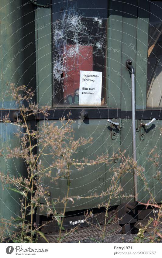 Vandalismus / on the road again alt grün Metall retro Glas Vergänglichkeit kaputt Eisenbahn Gesellschaft (Soziologie) Gleise Personenverkehr Zerstörung