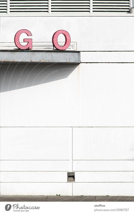 GO Schriftzeichen gehen auffordern Beginn Wort Wand Farbfoto Außenaufnahme abstrakt Strukturen & Formen Menschenleer Textfreiraum Mitte Schatten