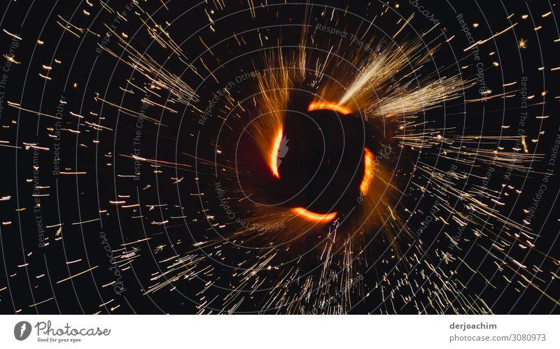 Feuerwerk mit Blick im Inneren des Drehkerns. Die Funken sprühen nach allen Seiten. Freude Freizeit & Hobby Sommer Veranstaltung Schönes Wetter Park Bayern