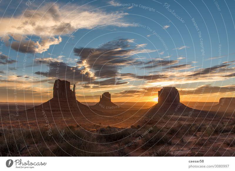 Sonnenaufgang am Monument Valley 01 Natur Landschaft Sonnenuntergang Sonnenlicht Wärme Wüste Sand schön blau gold orange USA Nationalpark Berge u. Gebirge