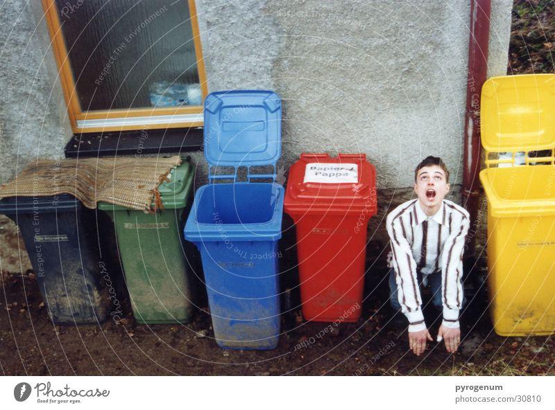 Müllschlucker Müllbehälter mehrfarbig dreckig Tarnung geschlossen Mann sascha offen