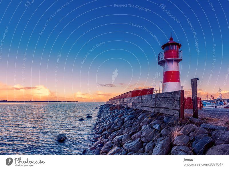 Kleiner Leuchtturm rot-weiß in Dänemark Weitwinkel Starke Tiefenschärfe Sonnenlicht Dämmerung Abend Menschenleer Außenaufnahme mehrfarbig Farbfoto Idylle