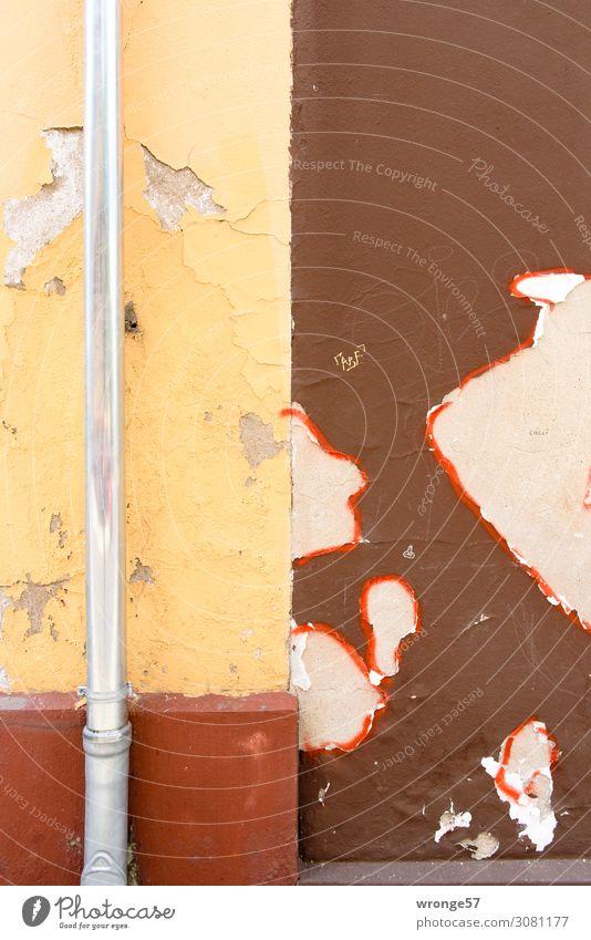 Fassadengestaltung Haus Mauer Wand dreckig trist Stadt braun gelb rot Altbau abblättern Altanstrich Ablösung Modernisierung Dachrinne Abflussrohr Regenrohr