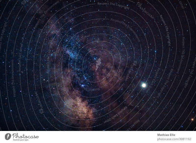 Milchstraße Raumfahrt Wolkenloser Himmel Nachthimmel Stern Horizont Sommer außergewöhnlich blau braun gelb schwarz weiß Abenteuer Fortschritt Natur Umwelt Ferne