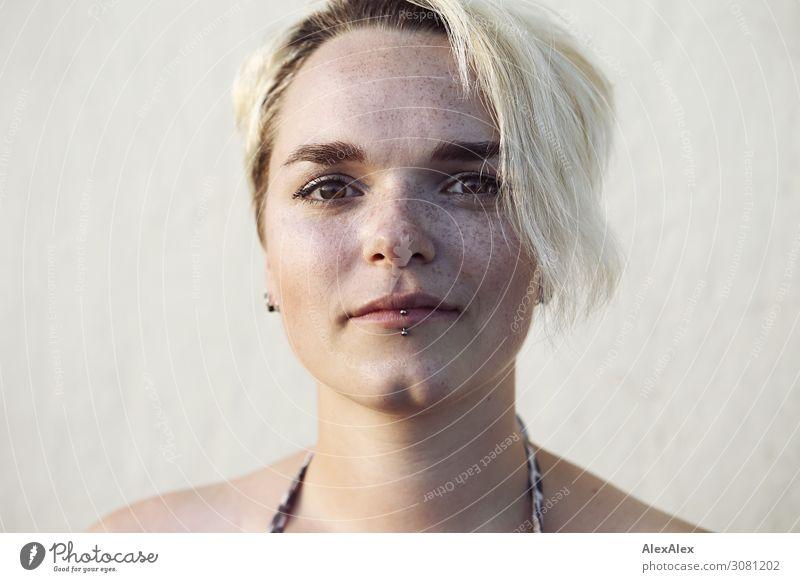 Portrait einer jungen Frau mit Grübchen und Sommersprossen Freude schön Gesicht Leben Wohlgefühl Junge Frau Jugendliche 18-30 Jahre Erwachsene Schönes Wetter