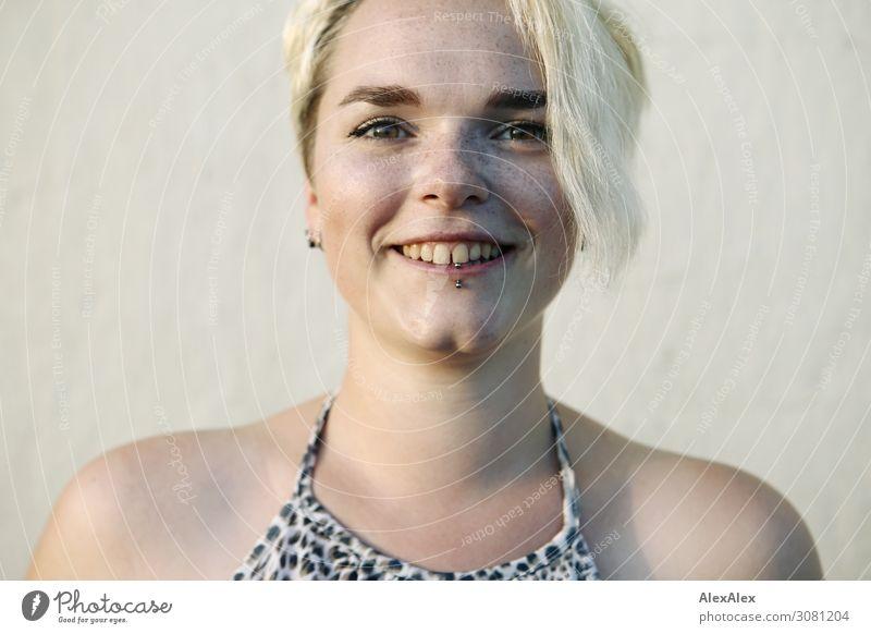 Portrait einer jungen Frau mit Sommersprossen Jugendliche Junge Frau Stadt schön Freude 18-30 Jahre Erwachsene Leben natürlich feminin lachen Stil