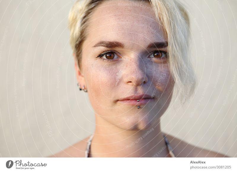 Portrait einer jungen Frau Stil Freude schön Leben Wohlgefühl Junge Frau Jugendliche Kinngrübchen Sommersprossen 18-30 Jahre Erwachsene Schönes Wetter blond
