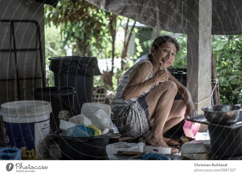 Hausarbeit Mensch feminin Frau Erwachsene Leben 1 30-45 Jahre T-Shirt Hose Schuhe schwarzhaarig grauhaarig Dose Schalen & Schüsseln Kunststoff