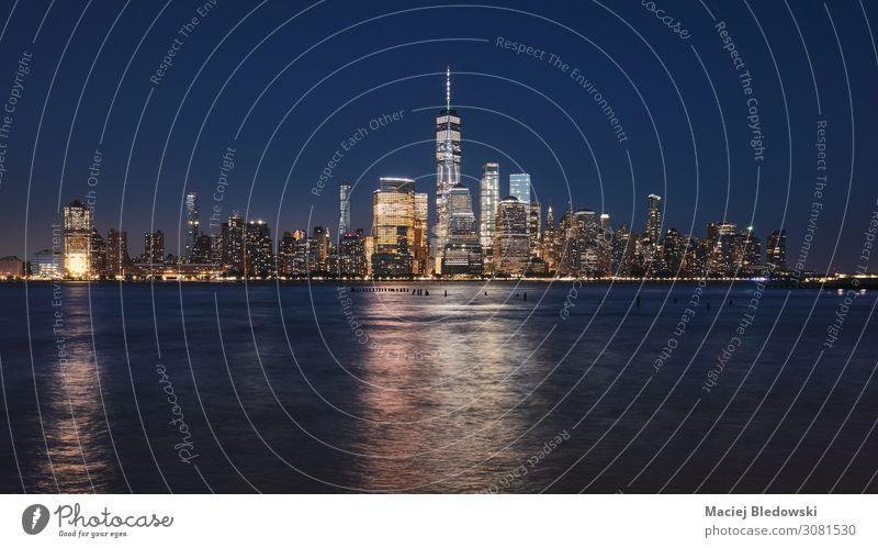 Manhattan Skyline bei Nacht, New York. kaufen Reichtum elegant Ferien & Urlaub & Reisen Tourismus Sightseeing Städtereise Häusliches Leben Wohnung Fluss Stadt