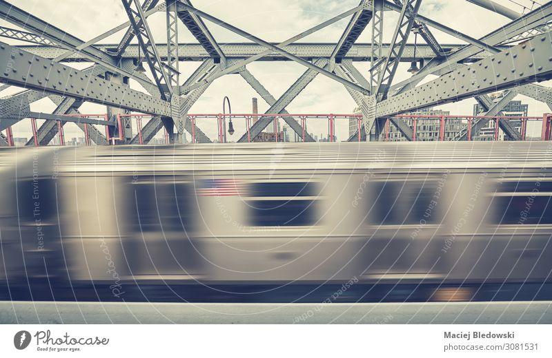 Williamsburg Bridge mit U-Bahn in Bewegung, NYC. Ferien & Urlaub & Reisen Brücke Verkehr Verkehrsmittel Verkehrswege Öffentlicher Personennahverkehr
