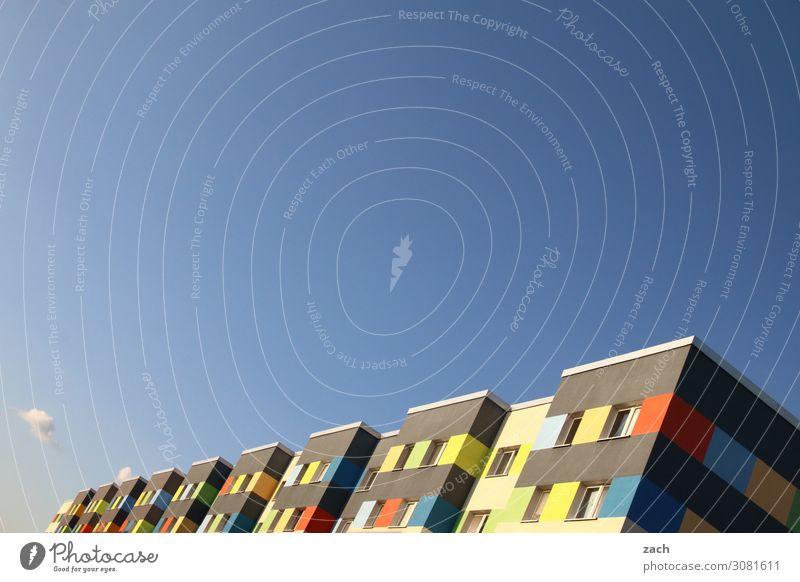 Buntes Brandenburg Wolkenloser Himmel Schönes Wetter Senftenberg Stadt Stadtzentrum Haus Plattenbau Hochhaus Mauer Wand Fassade Fenster Häusliches Leben blau