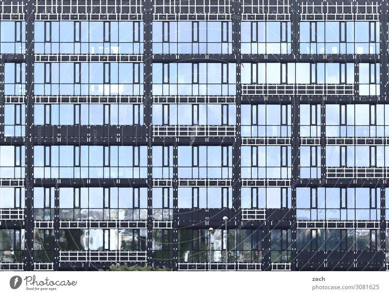 Tetris Stadt Hauptstadt Stadtzentrum Hochhaus Bankgebäude Industrieanlage Bauwerk Fassade Fenster Glasfassade Linie blau grau Gedeckte Farben Außenaufnahme