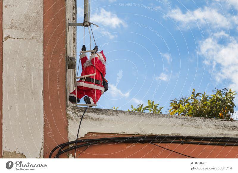Weihnachtsmann auf der Leiter Weihnachten & Advent Sommer blau rot Haus Freude schwarz Religion & Glaube Wand Mauer Arbeit & Erwerbstätigkeit Kultur Geschenk