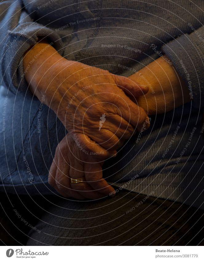 Hände - festhalten Häusliches Leben Pullover Schmuck Ring Zeichen beobachten berühren Bewegung Denken Erholung Kommunizieren Blick sitzen träumen warten