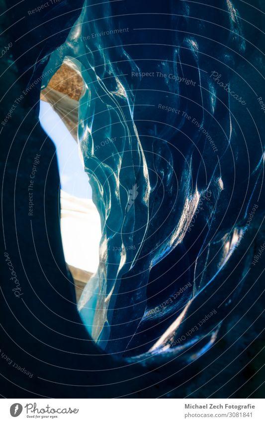 blaues Eis in einer Höhle unter dem schmelzenden Rhonegletscher schön Ferien & Urlaub & Reisen Tourismus Ausflug Abenteuer Expedition Winter Schnee