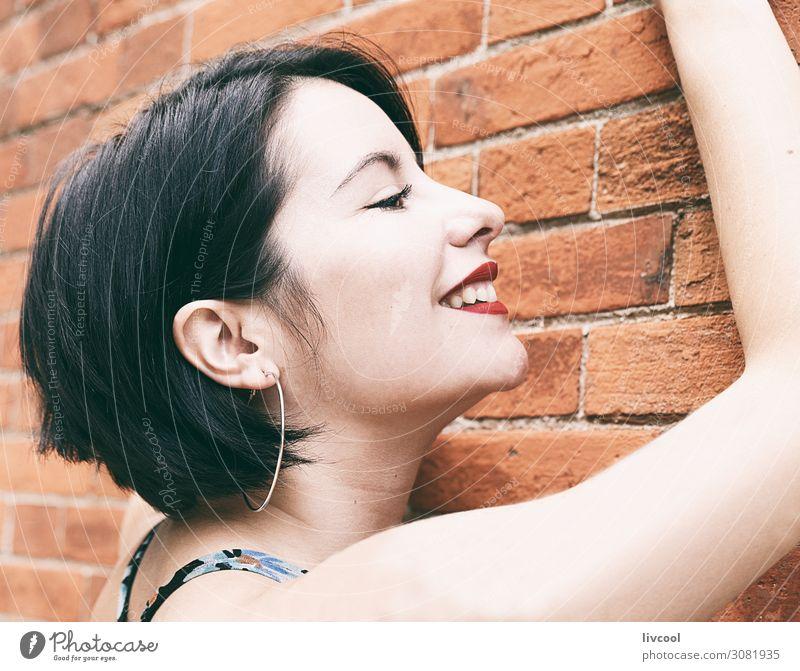 Lächelnde junge Frau gegen eine Mauer, San Sebastian-Spanien Lifestyle elegant Stil Glück schön Gesicht Sommer Mensch feminin Homosexualität Junge Frau