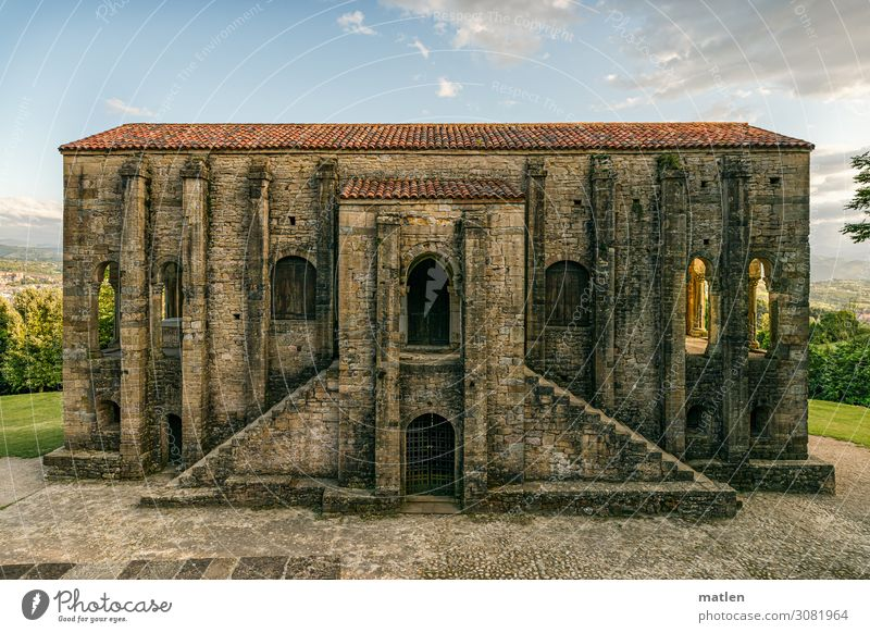 Santa María del Naranco Landschaft Pflanze Himmel Horizont Sonnenlicht Schönes Wetter Stadtrand Menschenleer Kirche Ruine Bauwerk Architektur Mauer Wand Treppe