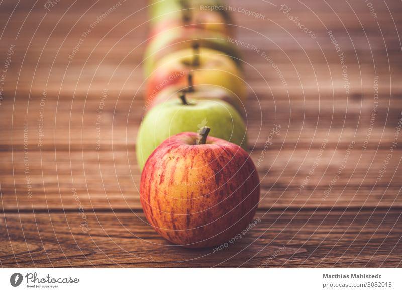 Äpfel auf einem Holztisch Lebensmittel Frucht Apfel Ernährung Bioprodukte Vegetarische Ernährung Tischplatte Duft liegen frisch Gesundheit natürlich saftig