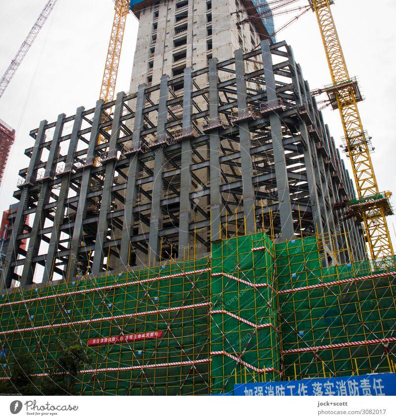 Basis im Hochhausbau Baustelle Peking Bauwerk Stahlträger Stahlkonstruktion Gerüst Kran Schilder & Markierungen authentisch modern Tatkraft Sicherheit