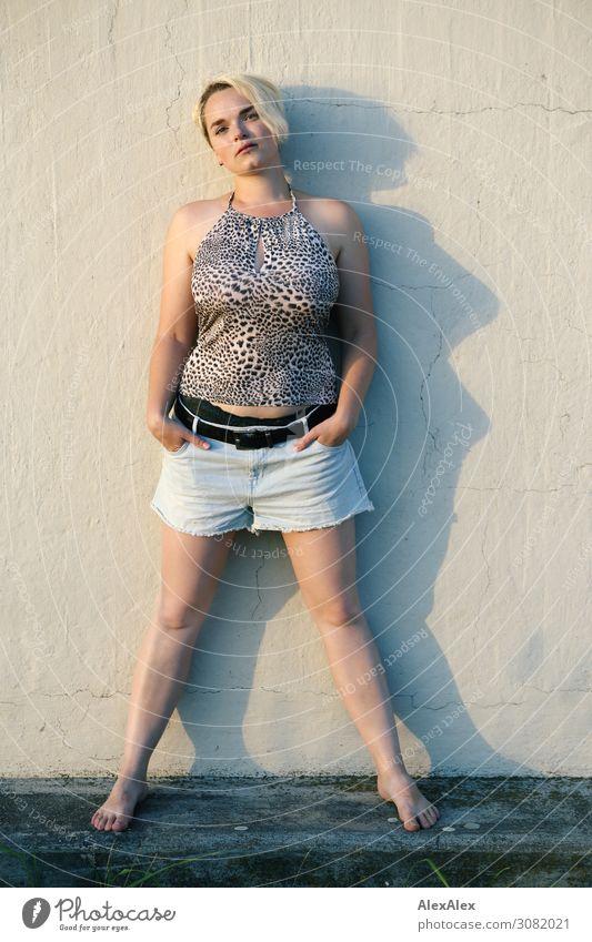 Ganzkörperportrait einer jungen Frau Stil Freude schön Leben Wohlgefühl Junge Frau Jugendliche 18-30 Jahre Erwachsene Sommer Schönes Wetter Sockel Mauer
