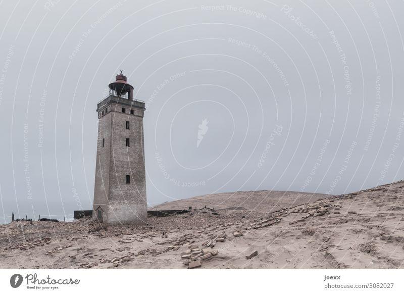 Alter Leuchtturm Rubjerg Knude Fyr in dänischen Dünen Tag Außenaufnahme Gedeckte Farben Farbfoto rot braun historisch alt Sehenswürdigkeit Dänemark Küste