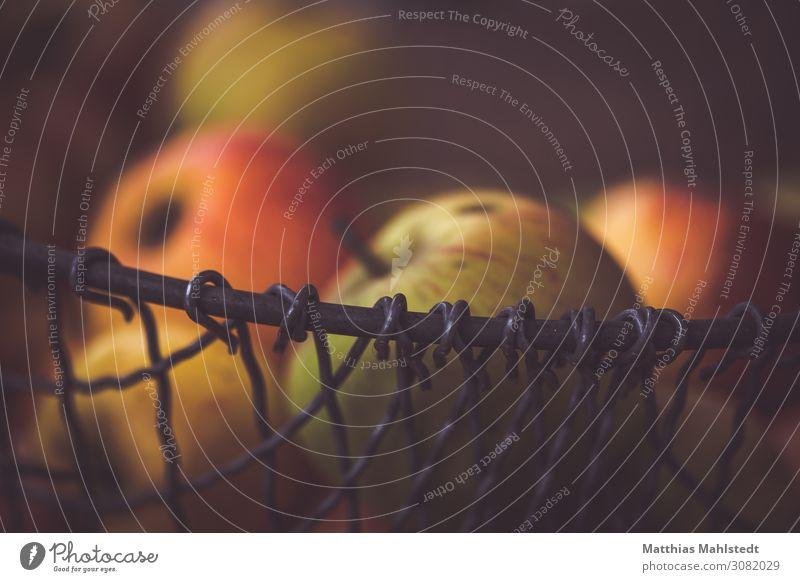 Äpfel im Korb Natur Farbe rot schwarz Lebensmittel Herbst gelb Umwelt natürlich süß frisch rund Bioprodukte Apfel Vegetarische Ernährung Duft