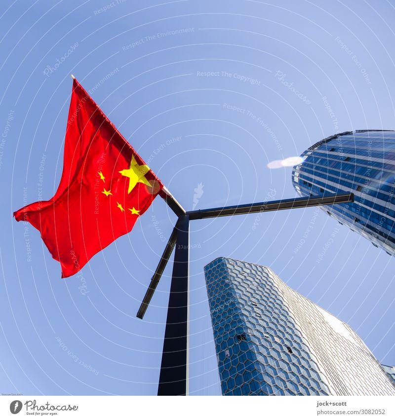 Rote Fahne Ferne Wolkenloser Himmel Schönes Wetter Peking Stadtzentrum Hochhaus Bürogebäude Fassade Fahnenmast Nationalflagge Zeichen Stern (Symbol) hängen