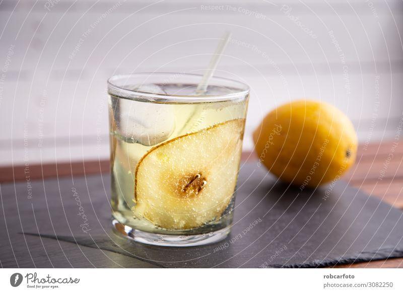 Gin und Tonic mit Birne Frucht Diät Getränk Limonade Alkohol Reichtum Sommer Feste & Feiern Coolness dunkel frisch natürlich schwarz weiß Hintergrund vereinzelt