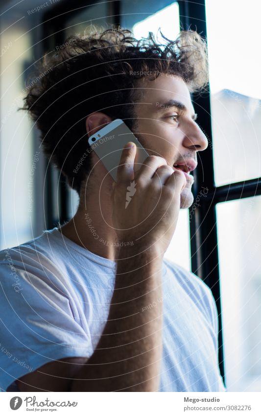 Junger Mann benutzt sein Smartphone. Lifestyle Glück Arbeit & Erwerbstätigkeit Beruf Arbeitsplatz sprechen Telefon PDA Computer Notebook Technik & Technologie