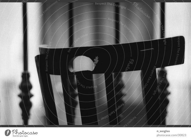 Stuhl Balkon Haushalt Häusliches Leben Detailaufnahme Stuhldetail Stuhllehne Schwarzweißfoto