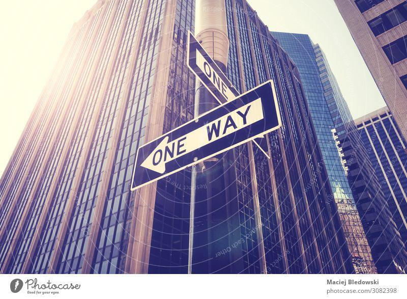 Einbahnstraßenschilder gegen die Sonne in New York City, USA. Ferien & Urlaub & Reisen Städtereise Büro Stadt Hochhaus Gebäude Verkehr Straße entdecken