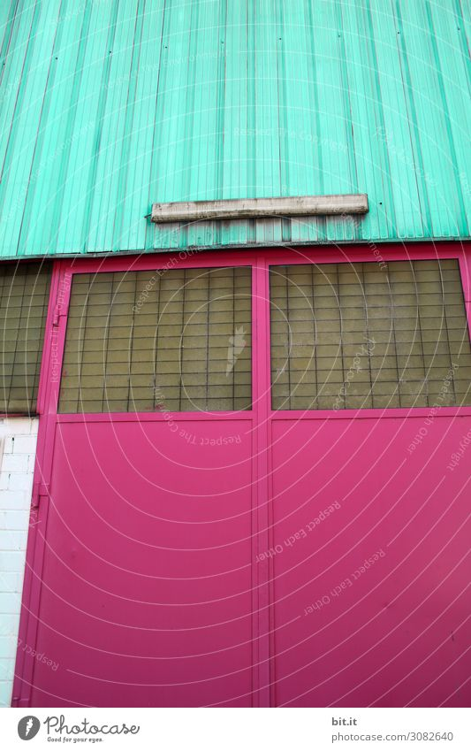Buntglas Haus Tor Bauwerk Gebäude Architektur Mauer Wand Fassade Fenster alt Kitsch retro verrückt mehrfarbig rosa türkis knallig Garage Werkstatt Lampe
