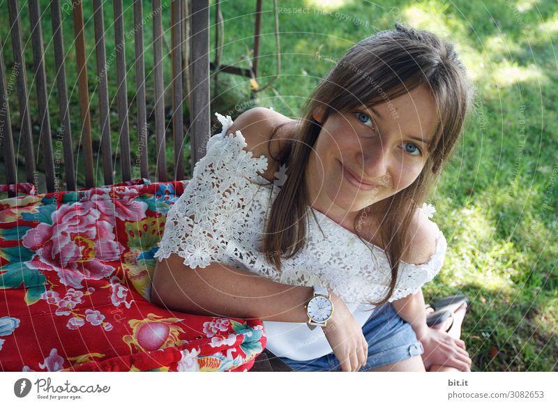 Junge Frau sitzt auf einer Wiese und lächelt Ferien & Urlaub & Reisen Tourismus Ausflug Sommer Sommerurlaub Feste & Feiern Geburtstag Mensch feminin Mädchen