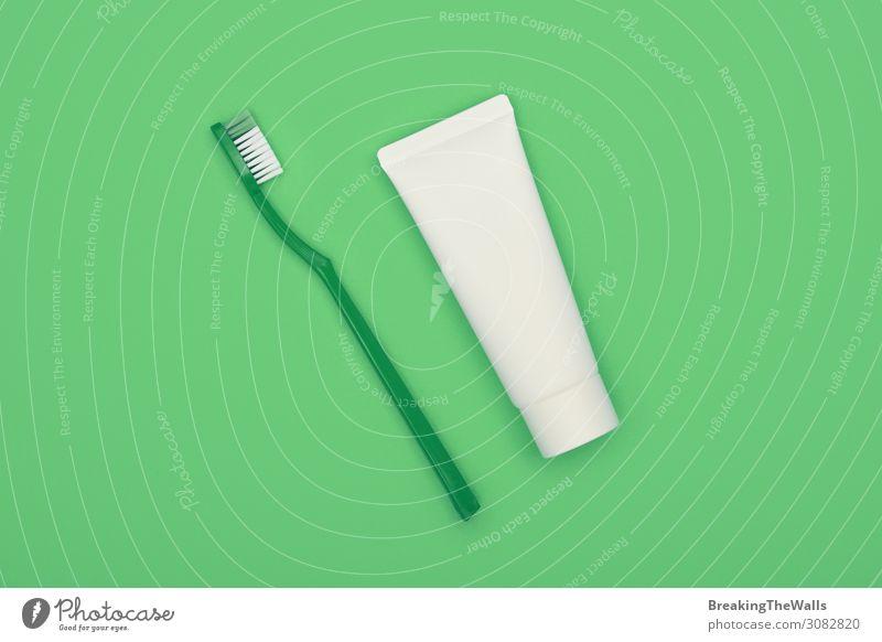 Flachlegen von Zahnbürste und Zahnpasta über Grün Lifestyle Körperpflege Gesundheit Gesundheitswesen Behandlung Wellness Wohlgefühl grün türkis Zahncreme