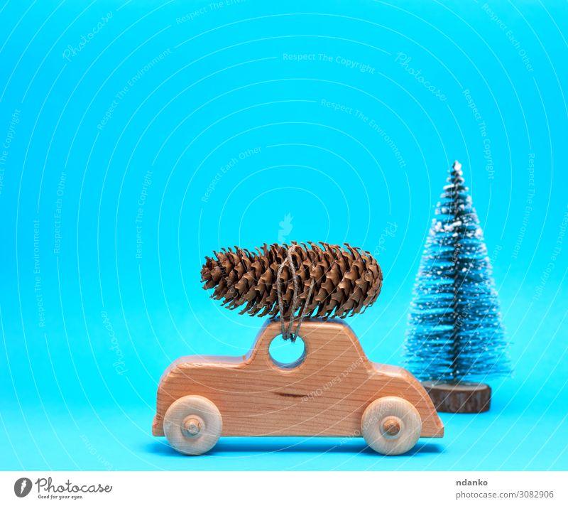 Holzspielzeugauto trägt oben einen Kiefernzapfen. Winter Dekoration & Verzierung Feste & Feiern Weihnachten & Advent Silvester u. Neujahr Baum Verkehr PKW