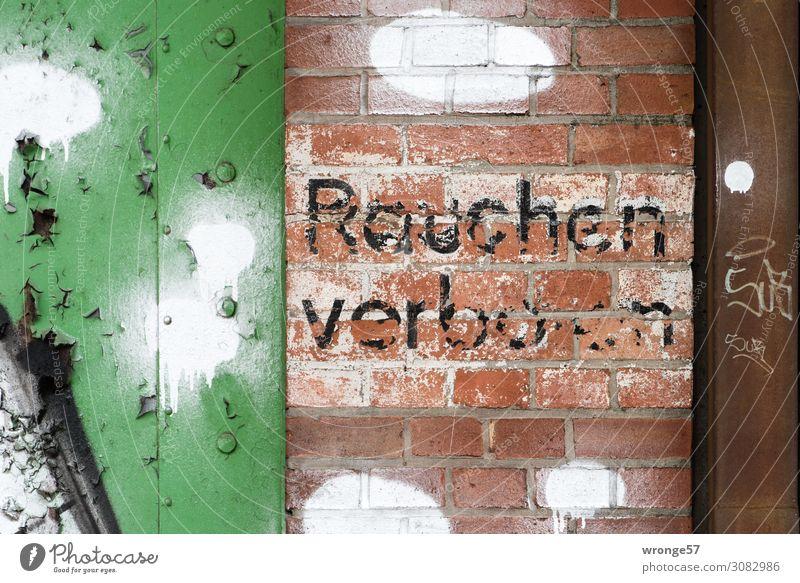 Rauchen verboten Industrieanlage Mauer Wand Tür Stein Holz Schriftzeichen Schilder & Markierungen Hinweisschild Warnschild Graffiti retro mehrfarbig Laster