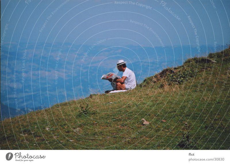 Newspaper on mountain grün ruhig Einsamkeit Erholung Berge u. Gebirge lesen Zeitung